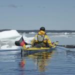 Ein Seekajak zwischen Eisbergen