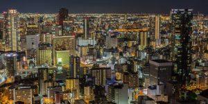 Ein blick von oben auf eine japanische Metropole bei Nacht