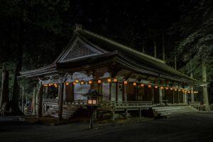 Ein mit Laternen beleuchteter japanischer Tempel