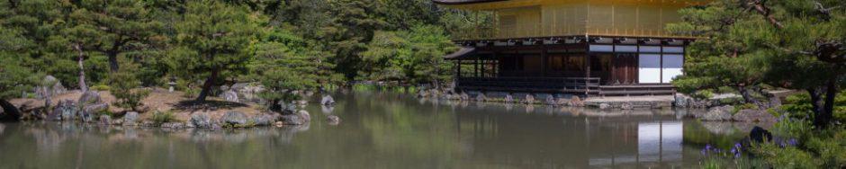Ein japanischer Tempel spiegelt sich in einem See