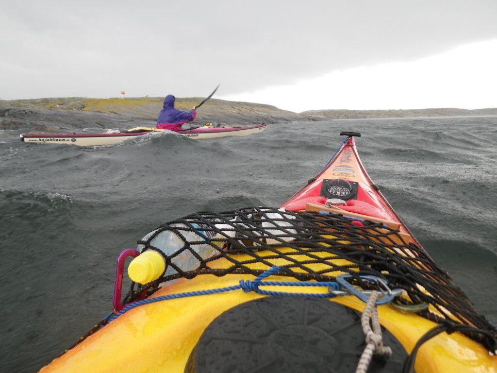 Zwei Kajaks in den Wellen