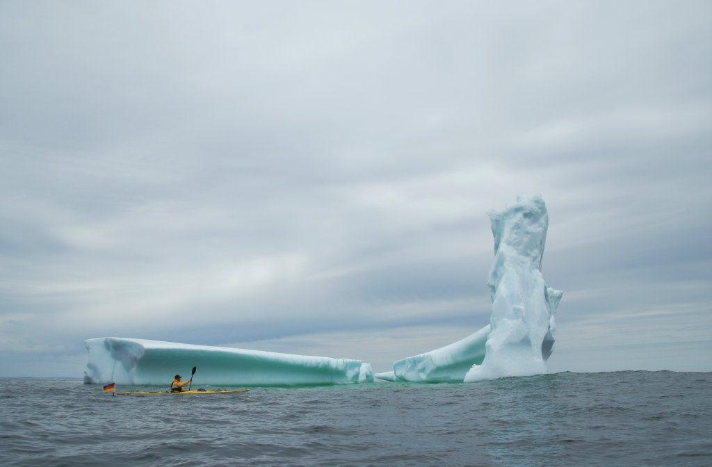 Zwei Kajaks vor einem Eisberg