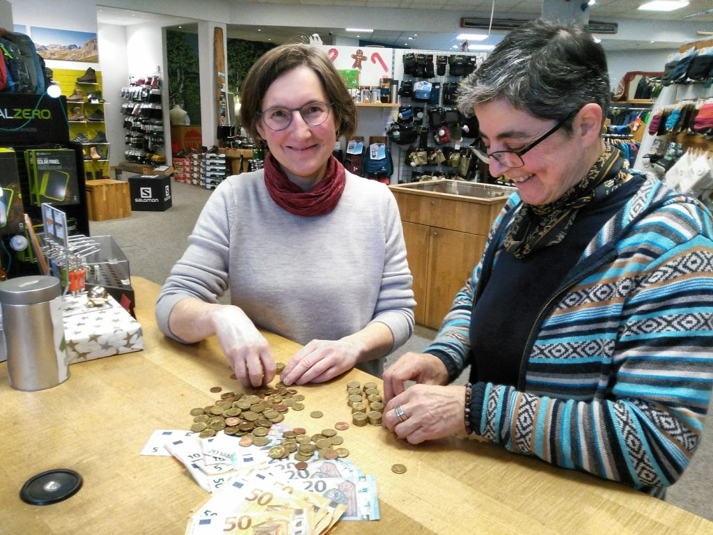 Maria und Kerstin zählen die Spenden