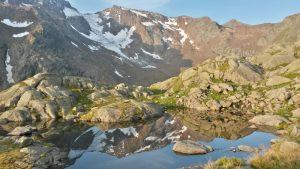 Ein Bergpanorama spiegelt sich in einem Bergsee