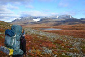 Norwegische Landschaft mit Rucksackwanderin im Vordergrund