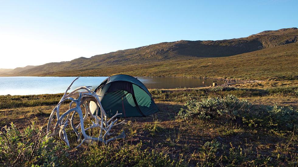 Ein Zelt im Fjell, im Vordergurnd liegt ein Geweih