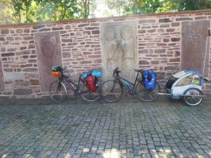 Zwei Fahrräder mit Gepäck und Hänger