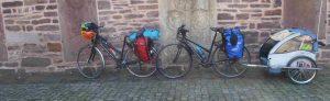 Zwei Fahrräder mit Gepäck und Anhänger