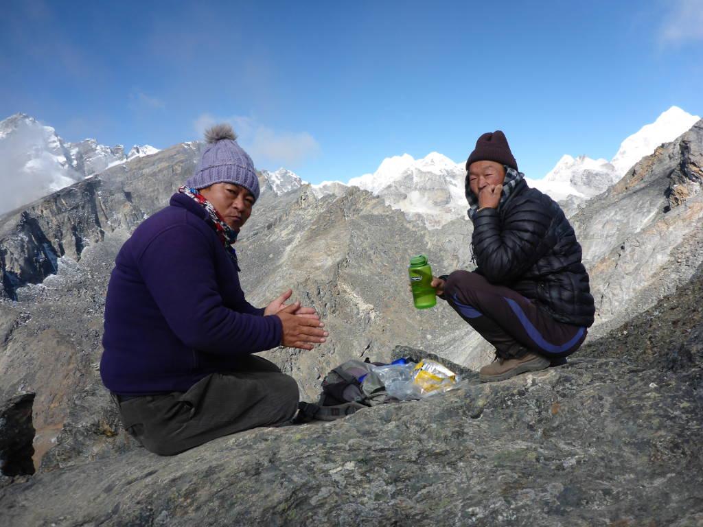 Zwei Personen im Vordergrund, dahinter die Berge des Himalayas