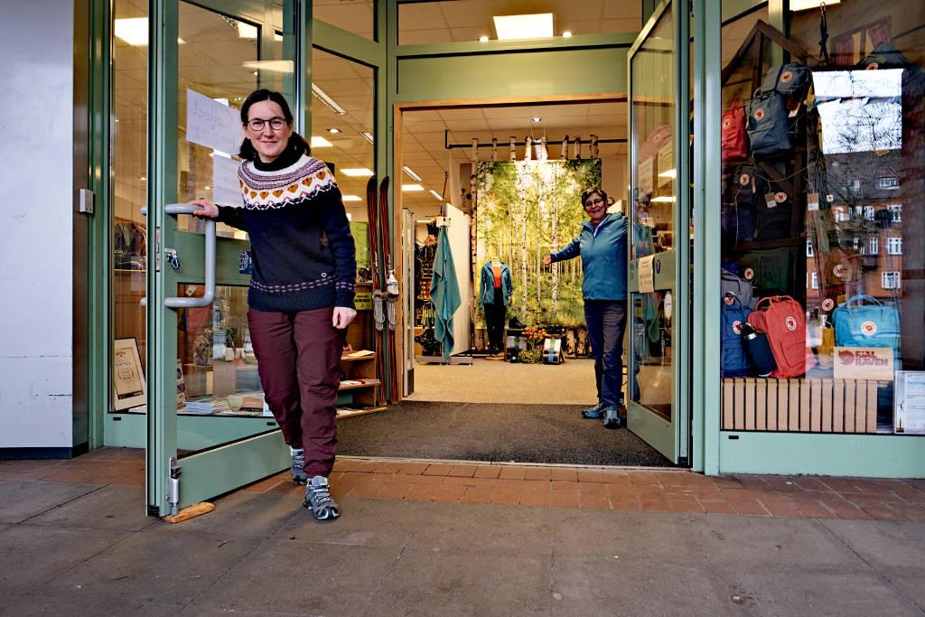 Maria und Kerstin vor der geöffneten Ladentür